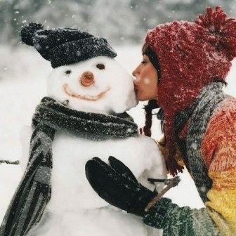 девушка целует снеговика - последний день года